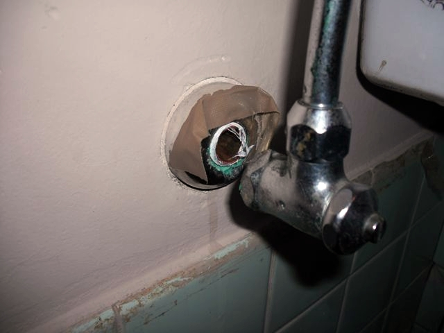 天井水漏れ調査 及び 和式トイレ給水管 水漏れ修理