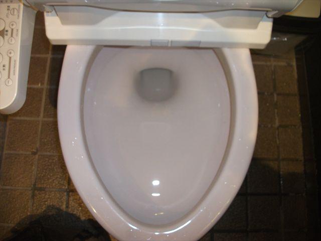 女子洋式トイレ詰まり修理