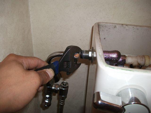 洋式トイレ 給水管水漏れ修理
