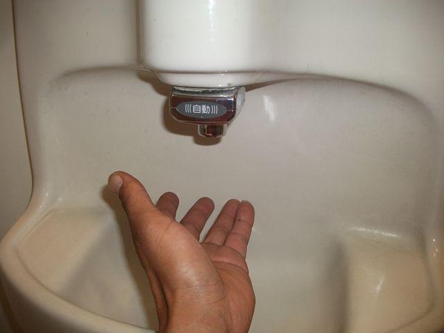 男子トイレ 洗面自動水栓不良修理